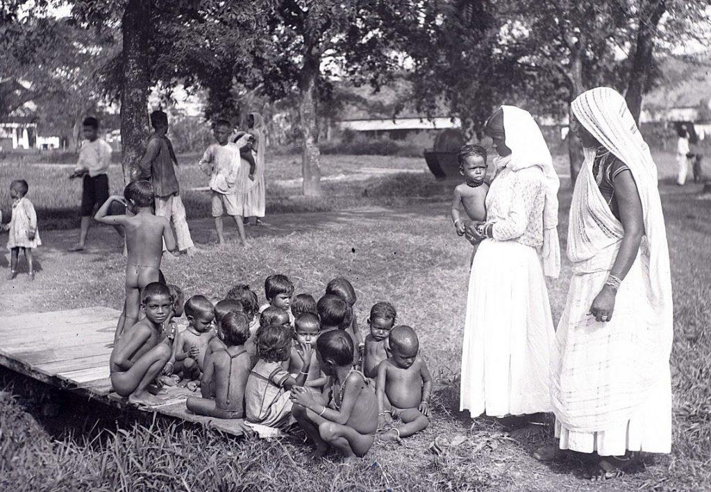 Ook door de kindertehuizen werden later weeskinderen opgenomen. Hier een groepje (wees)kinderen met enkele begeleidsters van Kindertehuis Alkmaar (opgericht in 1916). Foto: Augusta Curiel.